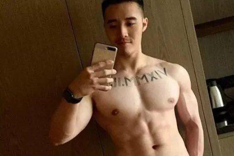 好想捏一捏这枚香港模特的大胸?!舔一舔也行……