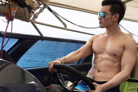 开游艇的肌肉男,雄性荷尔蒙爆棚!