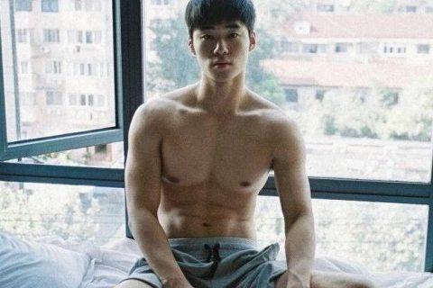 大窗下的韩国男孩。